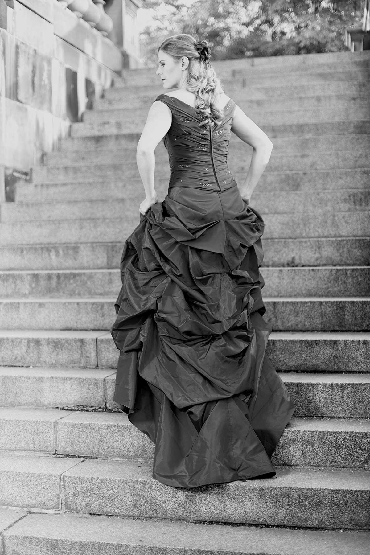 Sopran Bianca Koch auf einer Treppe am Berliner Dom